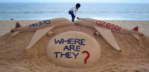 Artista Sudarshan Pattnaik finaliza escultura de areia na praia de Golden Sea, na Índia, em homenagem aos voos QZ8501, da AirAsia, e MH370, da Malaysia Airlines, que desapareceram na Ásia