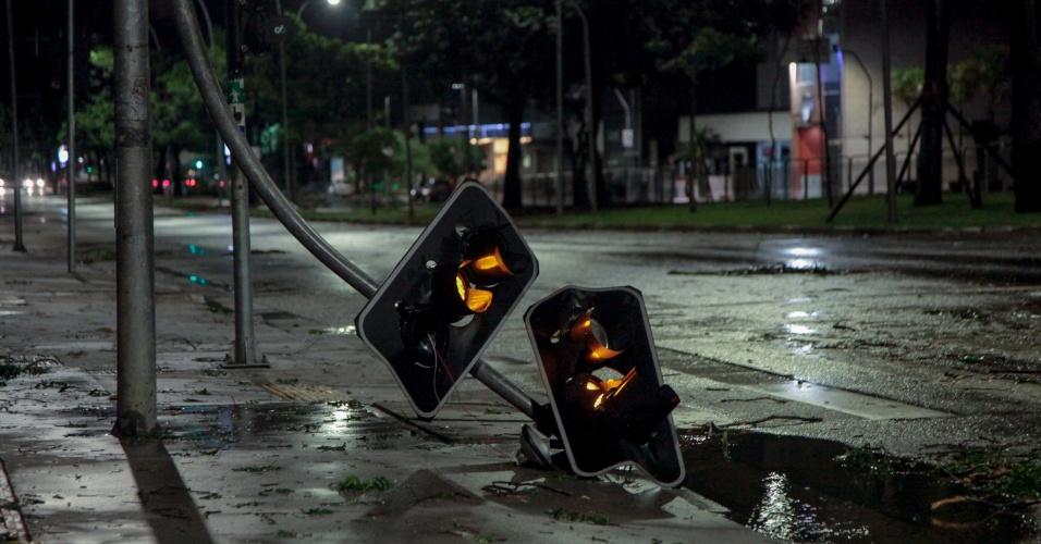 29.dez.2014 - Semáforo caído na avenida Brigadeiro Faria Lima, zona oeste, após temporal que atingiu a cidade de São Paulo na madrugada desta segunda-feira (29)