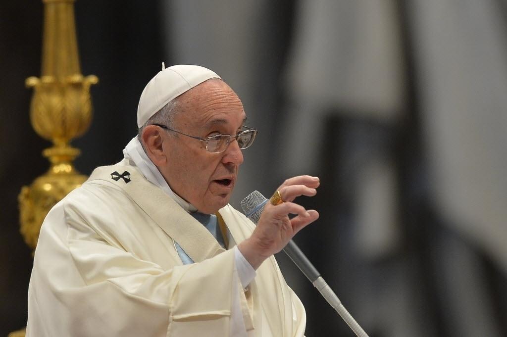1º.jan.2015 - Papa Francisco celebra missa  dedicada à Virgem Maria na Basílica de São Pedro, no Vaticano, nesta quinta-feira (1º). Antes da solenidade, Francisco pediu paz para