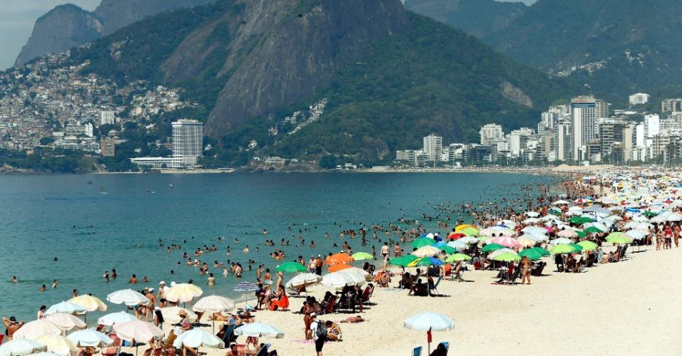 2.jan.2015 - Banhistas aproveitam o sol na praia de Ipanema, na zona sul do Rio de Janeiro, nesta sexta-feira (2). Às 10h desta sexta-feira (2), quem estava em Guaratiba, na zona oeste do Rio de Janeiro, sofreu com o calor. Foram registrados 37,1 °C, com sensação térmica de 47°C. A cidade completa hoje sete dias de temperaturas acima de 38°C. Em Irajá, foram registrados 41,1ºC às 13h15