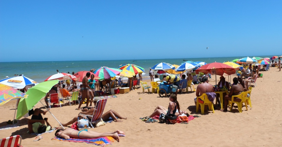 2.jan.2015 Banhistas aproveitam o dia de Sol na praia de Manguinhos, no município da Serra, na região metropolitana de grande Vitória, no Espírito Santo, nesta sexta-feira (2)
