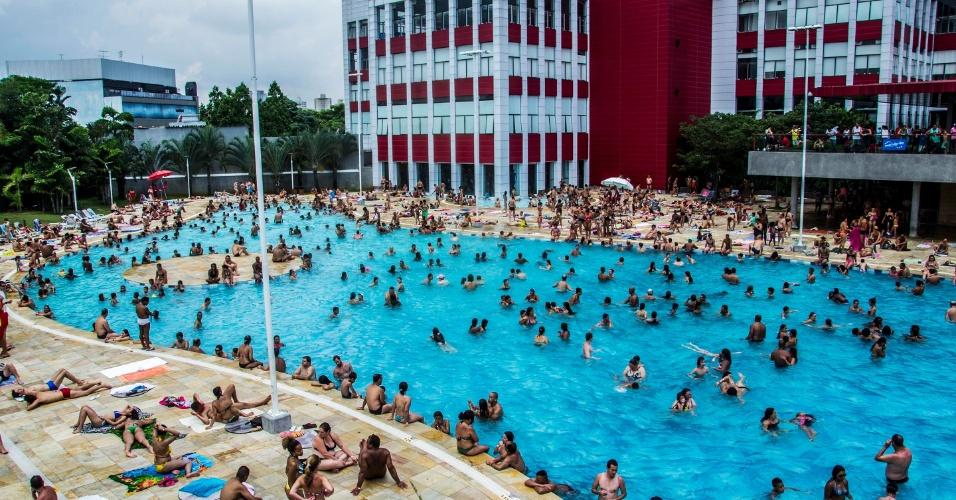 3.jan.2015 - A piscina externa do Sesc Belenzinho, na zona leste da capital paulista, ficou cheia neste sábado (3). Os termômetros de São Paulo podem marcar até 29°C hoje
