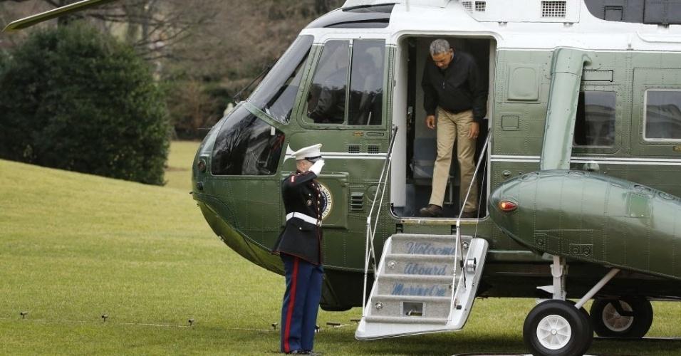 4.jan.2015 - O presidente dos Estados Unidos, Barack Obama, desembarca do helicóptero One Marine no gramado sul da Casa Branca, em Washington, neste domingo (4). Ele retorna a capital dos EUA após passar o Natal e o Ano-Novo com a família em sua casa no Havaí