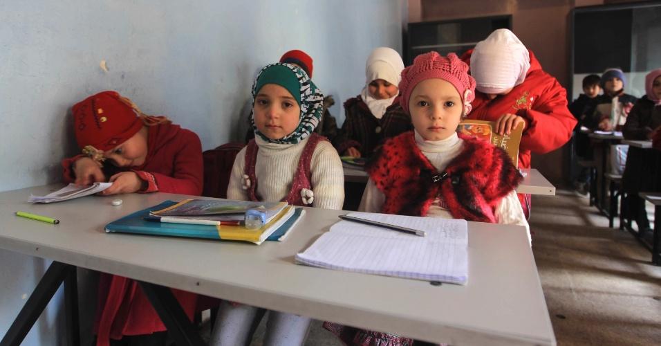 3.jan.2015 - Crianças assistem aula em uma escola em Aleppo, na Síria
