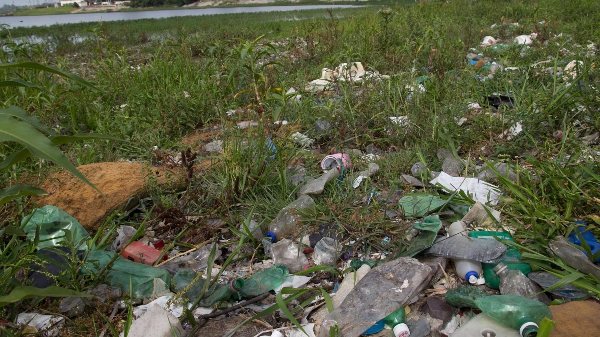 5.jan.2015 - Após as fortes chuvas que atingiram São Paulo no final de 2014, acúmulo de lixo e poluição ainda é visto nas margens da represa Billings nesta segunda-feira (5) na zona sul da capital paulista.