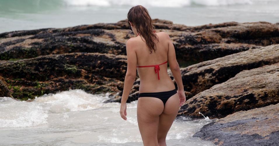 5.jan.2015 - Banhistas aproveitam dia de Sol e calor na praia de Ipanema, na zona sul do Rio de Janeiro, nesta segunda-feira (5). De acordo com previsões meteorológicas, a temperatura máxima da região deve atingir 32°C