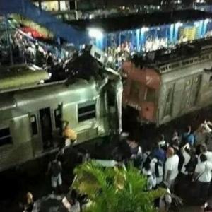 5.jan.2015 - Trens do ramal Japeri batem na altura da estação Presidente Juscelino, em Mesquita, na Baixada Fluminense