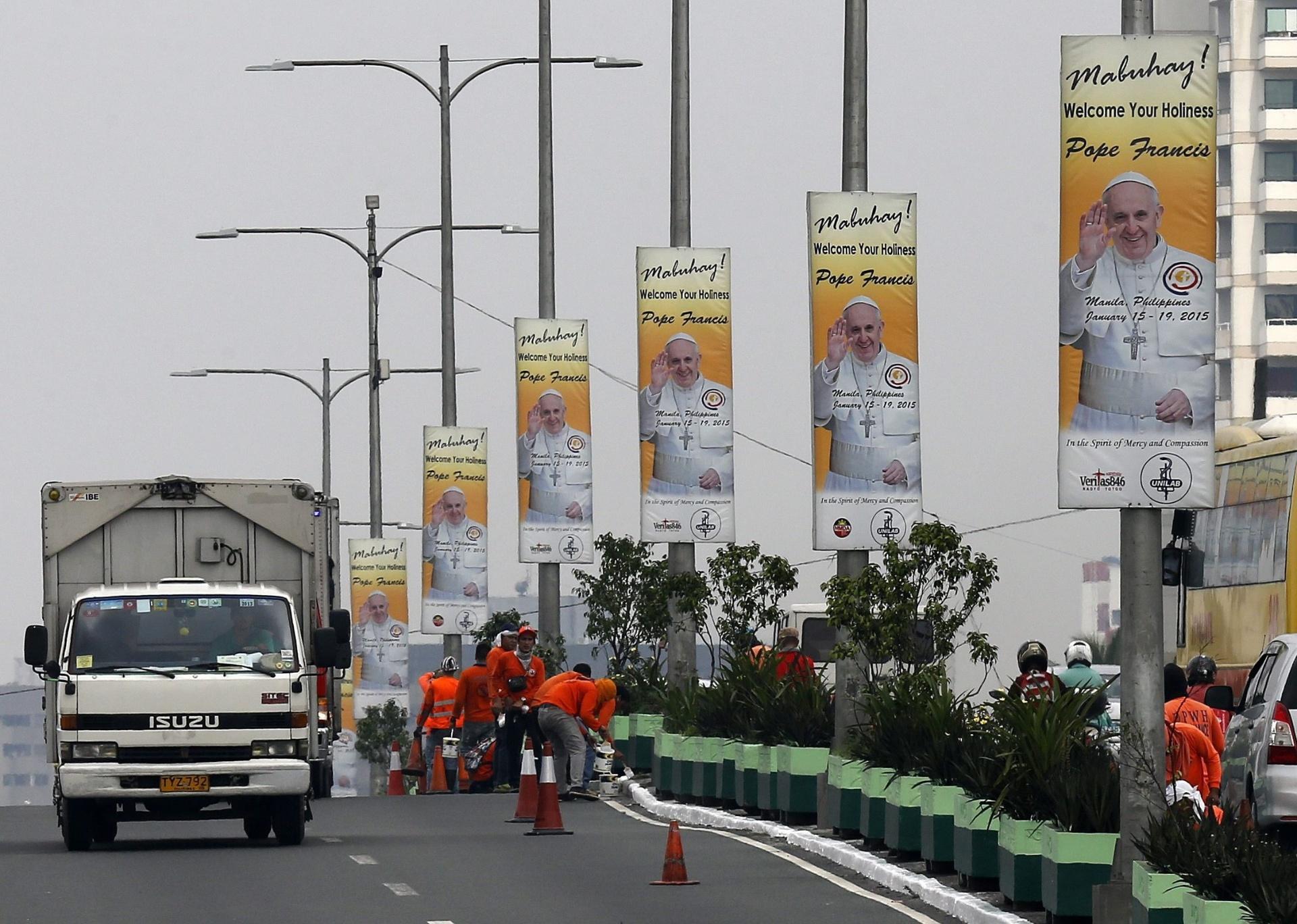 6.jan.2015 - Cartazes com a imagem do Papa Francisco são vistos na cidade de Manila, nas Filipinas, nesta terça-feira (6). O pontífice visita o país nos dias 15 a 19 de janeiro