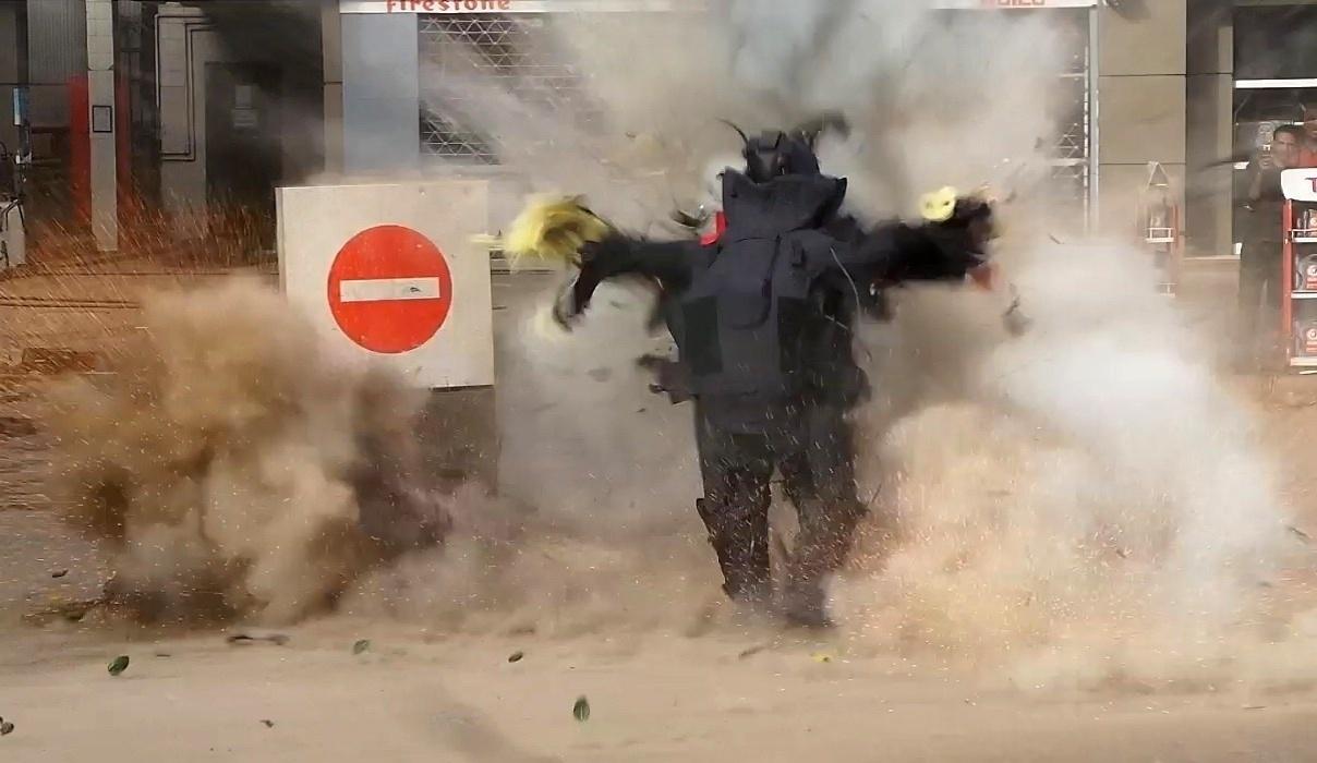 6.jan.2015 - Imagem tirada de um vídeo feito nesta terça-feira (6) pelo jornal Al-Youm al-Saabi mostra o momento em que a bomba que um policial egípcio tentava desarmar explode do lado de fora de posto de gasolina no Cairo. O oficial morreu em serviço. Os jihadistas assumiram a autoria do atentado. Três funcionários também ficaram feridos pelo explosivo