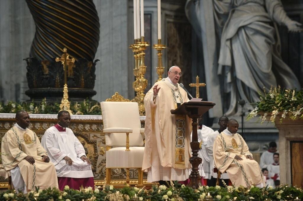 6.jan.2015 - O papa Francisco discursou nesta terça-feira (6) em uma missa na basílica de São Pedro, no Vaticano. Durante a celebração da Epifania do Senhor, o pontífice afirmou que a busca de Deus pelas boas pessoas