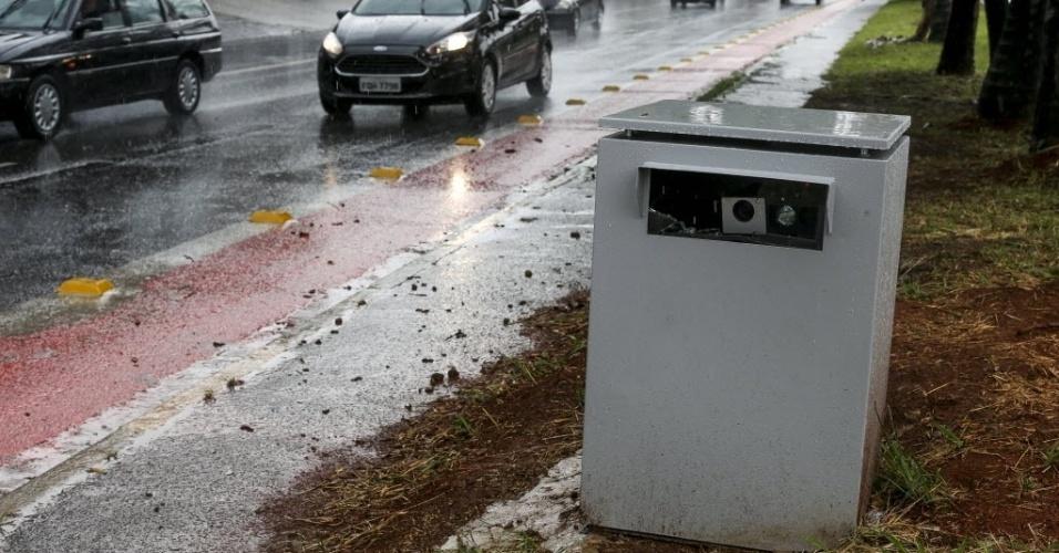 6.jan.2015 - Um radar móvel foi instalado no canteiro central da avenida Ver. Abel Ferreira, e o vidro de proteção das câmeras já foi quebrado nesta segunda-feira (5). Os 20 novos radares móveis que a Prefeitura de São Paulo está usando para fiscalizar o trânsito, diferentemente dos aparelhos já instalados sobre tripé, estão escondidos dentro de caixotes de metal. As estruturas, que servem para proteger o equipamento, acabam ajudando a escondê-los. Além disso, motoristas devem ficar atentos porque nem sempre os equipamentos estão instalados depois das placas que informam sobre a presença de radares