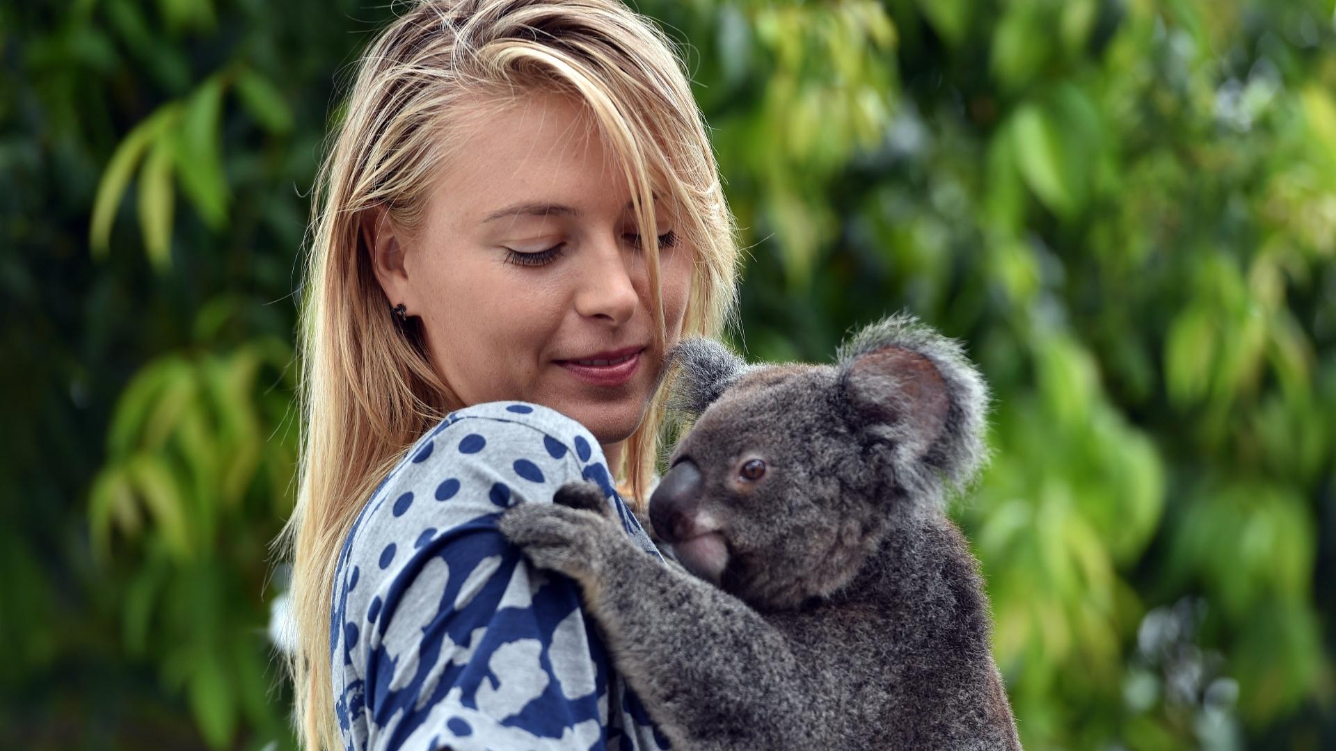 7.jan.2015 - A tenista russa Maria Sharapova posa com o coala