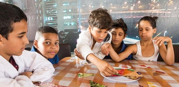 Crianças aprendem sobre a importância da alimentação saudável na Carreta da Nutrição, realizada pelo programa em outubro