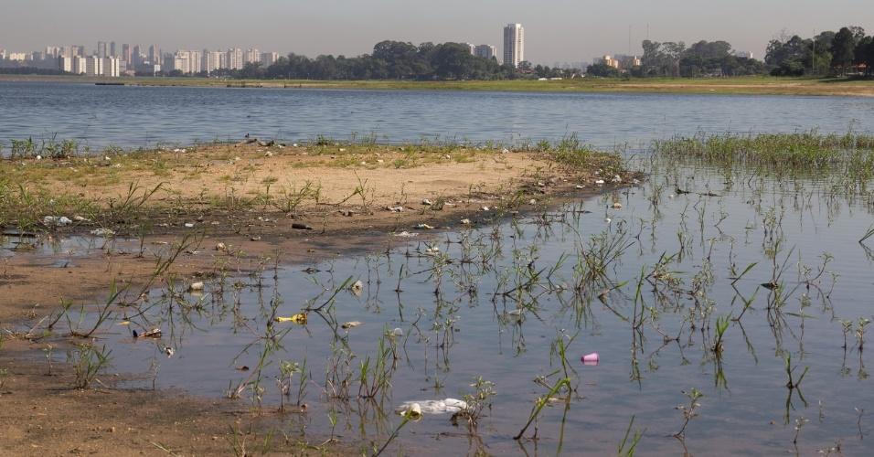 8.jan.2015 - A represa de Guarapiranga, que fornece água para 4,9 milhões de pessoas, manteve seu nível de água estável nesta quinta-feira (8) e opera com 39,9% de sua capacidade. O reservatório foi o segundo a acumular mais água com a chuva desta quarta (10,8 mm). Até o momento, o sistema já acumula 57,6 mm de água, o que equivale a 25,12% da média esperada para o mês de janeiro (229,3 mm)