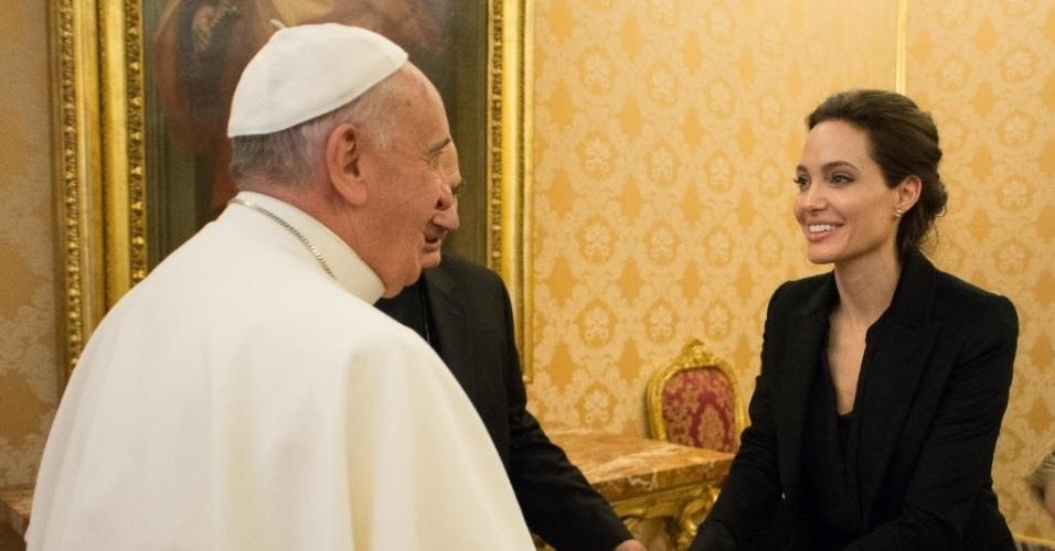 8.jan.2015 - Papa Francisco encontra a atriz e embaixadora da Boa Vontade do Alto Comissariado da ONU para os Refugiados (Acnur) Angelina Jolie, no Vaticano. O papa irá assistir a uma exibição do filme de Angelina