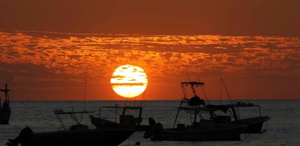 Barcos navegam próximo à praia de Herradura em Punarenas, na Costa Rica