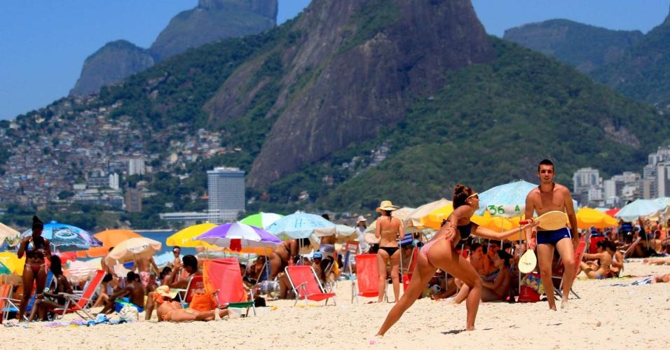 9.jan.2015 - Cariocas e turistas aproveitam o calor desta sexta-feira (9) e lotam a praia de Ipanema, no Rio de Janeiro