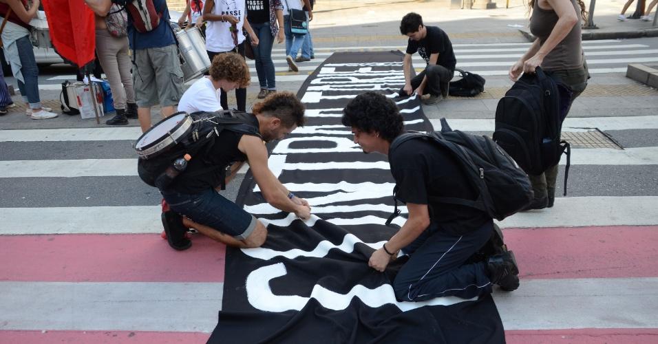 9.jan.2015 - Manifestantes se preparam para protesto marcado para às 17h desta sexta-feira (9) contra o reajuste de 16,6% da passagem de transporte público de São Paulo, em frente ao Teatro Municipal, no centro de São Paulo