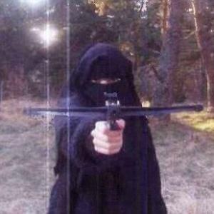 Hayat Boumeddiene, 26, mulher do jihadista Amedy Coulibaly, 32, aparece treinando tiro com uma balestra, em foto de 2010