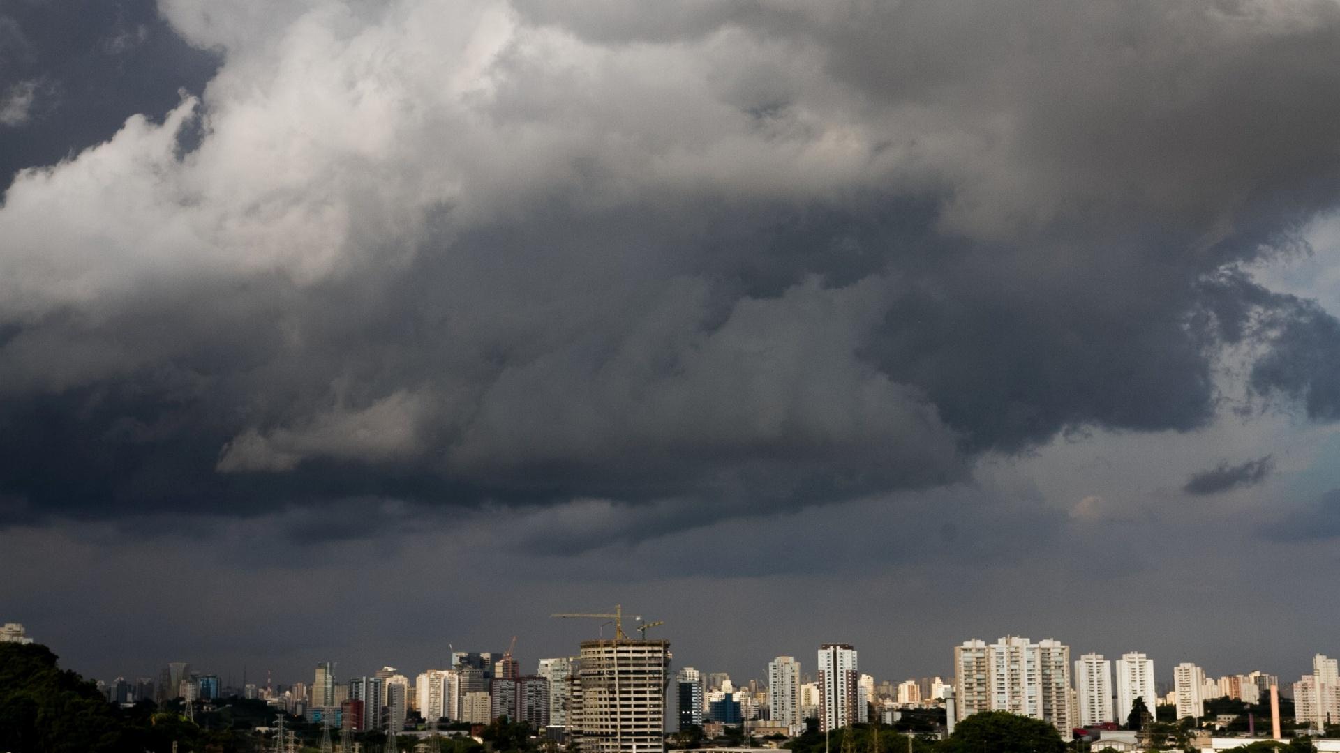 10.jan.2015 - Nuvens carregadas encobrem o céu na zona sul de São Paulo, no final da tarde deste sábado (10). As zonas sudeste e sul e o centro de São Paulo entraram em estado de atenção para enchentes devido às chuvas que caíram em partes da capital paulista, segundo o CGE (Centro de Gerenciamento de Emergência) da prefeitura