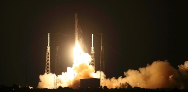 O foguete não-tripulado Falcon 9, da empresa SpaceX, foi lançado neste sábado