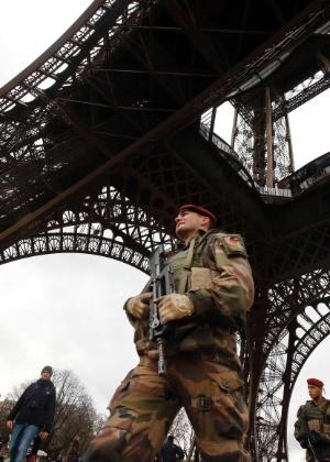 10.jan.2015 - Segurança é reforçada na torre Eiffel, um dos principais cartões-postais de Paris, após série de atentados terroristas