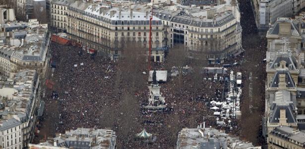 Imagem aérea mostra a praça da República, em Paris, tomada por uma multidão