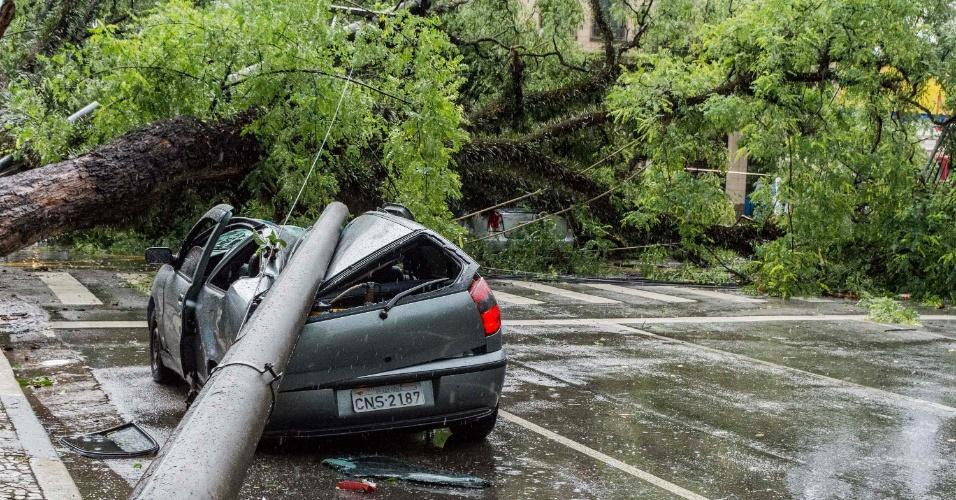 12.jan.2015 - Árvore cai, arrasta um poste e atinge dois carros na avenida Rio Branco com a alameda Glete, deixando parte da região central de São Paulo sem energia, após uma forte chuva nesta segunda-feira (12)