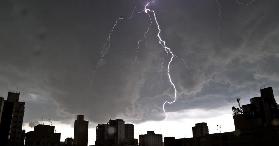 12.jan.2015 - Chuva forte com muitos raios atinge a região do Ibirapuera, na zona sul da capital paulista, nesta segunda-feira. Toda a cidade de São Paulo entrou em estado de atenção às 16h05, primeiro dia do ano em que o rodízio municipal de veículos é retomado