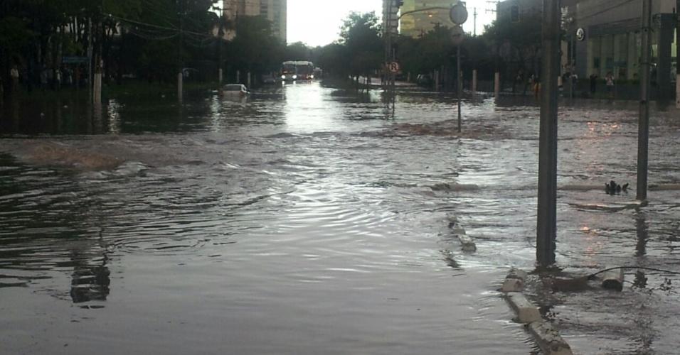 12.jan.2015 - Forte chuva alaga a região de Santo Amaro, perto da avenida Nações Unidas, em São Paulo. A imagem foi enviada pelo internauta Renne Nunes, 34, psicanalista, para o UOL pelo Whatsapp (11) 97500-1925
