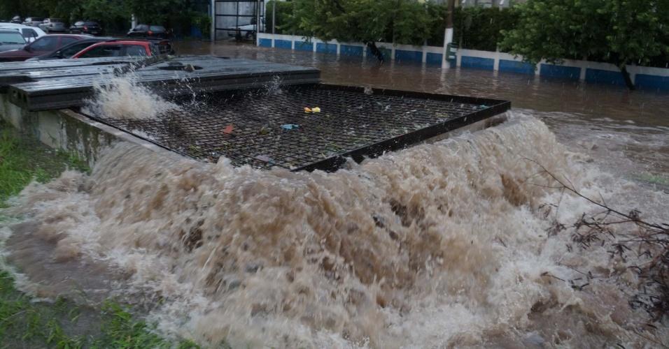 12.jan.2015 - Forte chuva provoca alagamento na região de Interlagos, na zona sul de São Paulo, nesta segunda-feira (12)