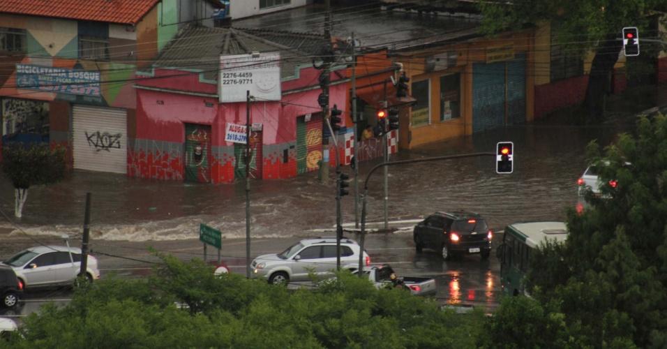 12.jan.2015 - Motoristas enfrentam alagamento no cruzamento da rua Samambaia com a avenida Abrão de Morais, na zona sul de São Paulo, nesta segunda-feira (12)