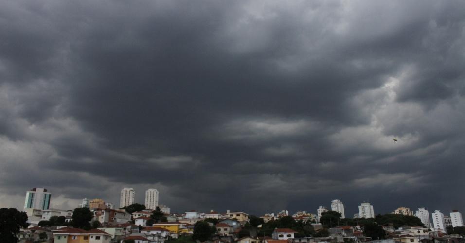 12.jan.2015 - Nuvens carregadas são vistas no bairro de Santana, zona norte de São Paulo, nesta segunda-feira (12). Toda a cidade de São Paulo entrou em estado de atenção às 16h05, primeiro dia do ano em que o rodízio municipal de veículos é retomado