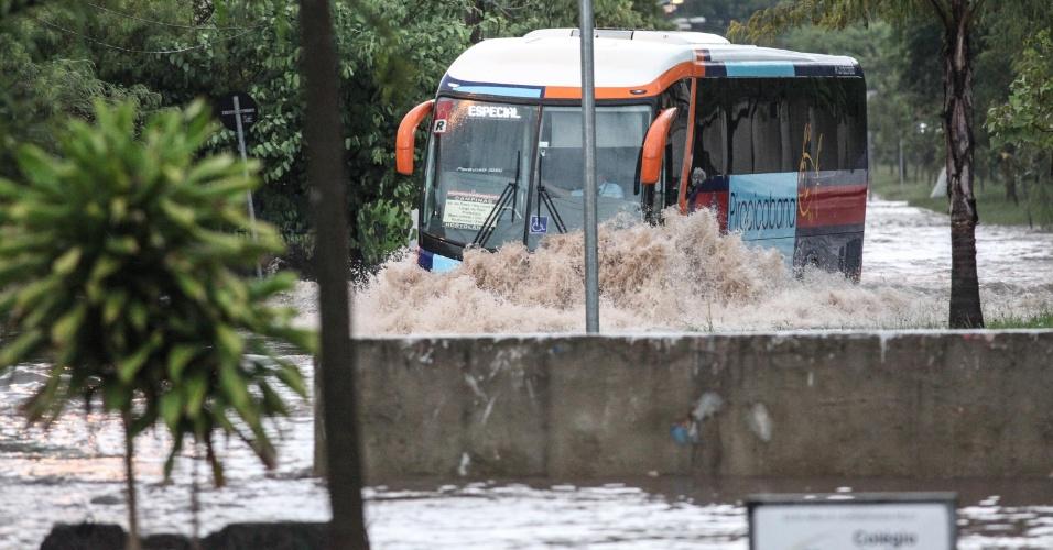 12.jan.2015 - Ônibus passa por alagamento na avenida Eng. Alberto Zandottis, na zona Sul de São Paulo, nesta segunda-feira. Toda a cidade entrou em estado de atenção às 16h05, primeiro dia do ano em que o rodízio municipal de veículos é retomado