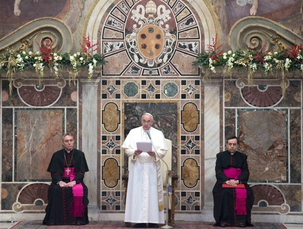 12.jan.2015 - Papa Francisco fala durante uma audiência com o corpo diplomático no Vaticano. Em discurso altamente político, o papa condenou nesta segunda-feira (12) as