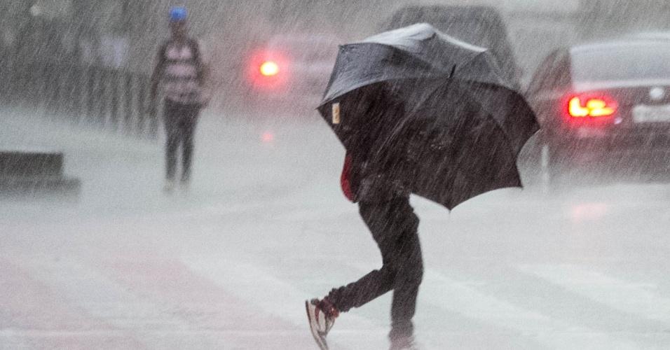 12.jan.2015 - Pedestres enfrentam chuva forte nas imediações do vale do Anhangabaú, no centro de São Paulo, nesta segunda-feira (12)