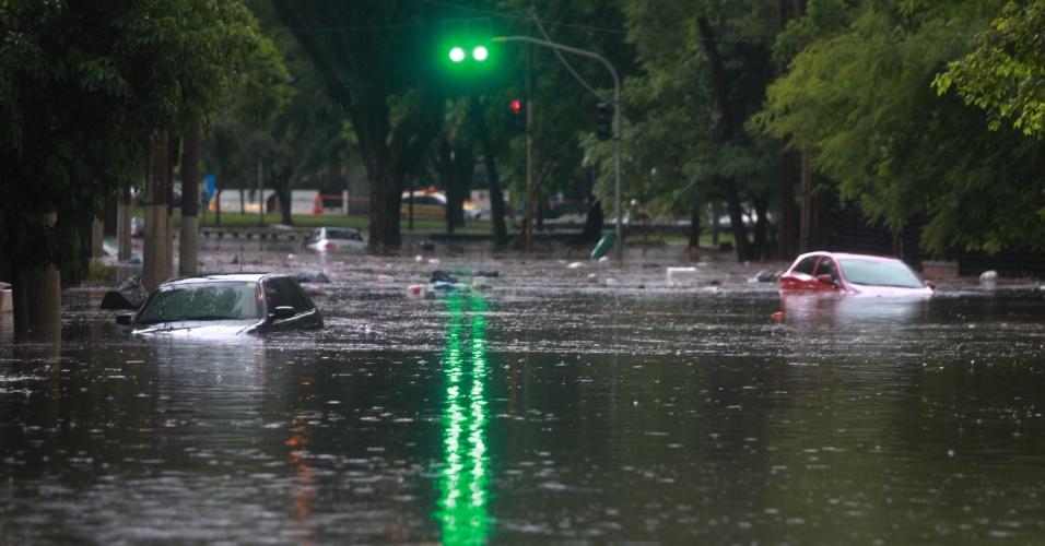 12.jan.2015 - Veículos aparecem ilhados em um ponto de alagamento causado pela forte chuva que atingiu a rua Ascendino Reis, na região do parque do Ibirapuera, na zona sul de São Paulo, nesta segunda-feira (12)