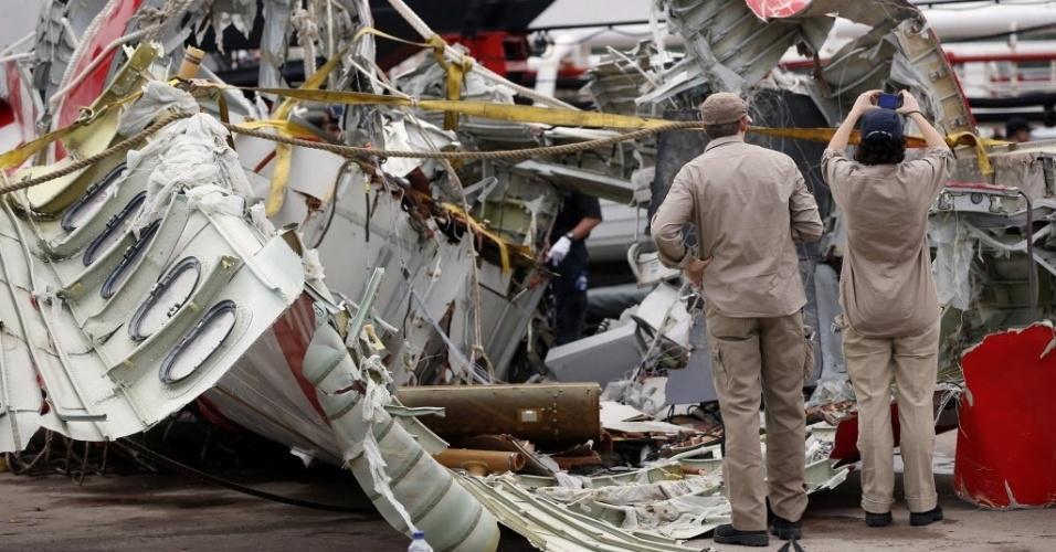 12.jan.2015 - Investigadores analisam os destroços do avião da AirAsia que caiu há duas semanas no mar de Java, com 162 pessoas a