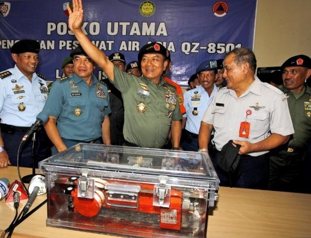 12.jan.2015 - Militares da Indonésia comemoram que encontraram uma das caixas-pretas
