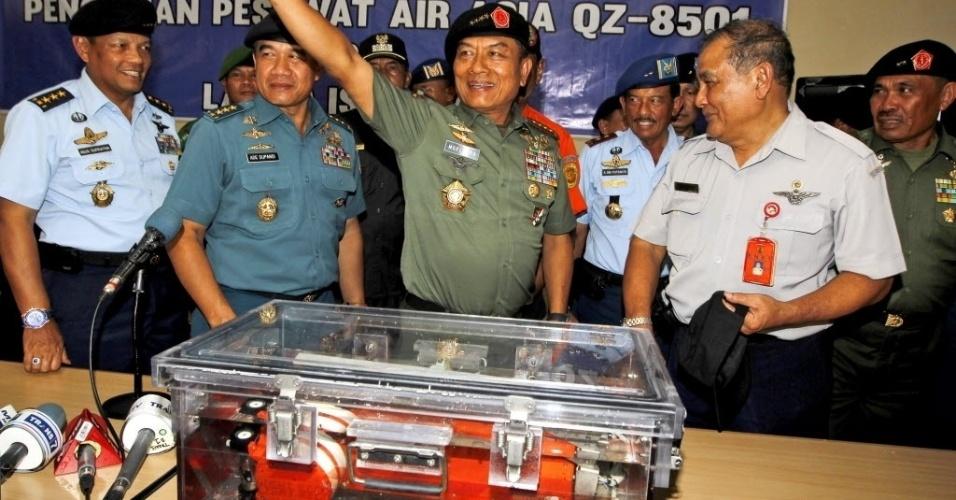 12.jan.2015 - O comandante das Forças Armadas da Indonésia, general Moeldoko (terceiro da esq. para dir.), comemora ao mostrar para imprensa uma das caixas-pretas recuperada do avião da AirAsia que caiu há duas semanas no mar de Java, com 162 pessoas a bordo. A caixa encontrada contém o registro de voo, segundo o jornal