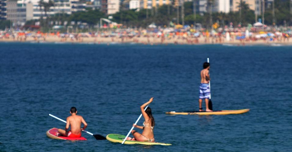 13.jan.2015 - Banhistas praticam stand up paddle nesta terça-feira (13) na praia do Arpoador, na zona sul do Rio de Janeiro. Segundo a previsão do tempo, o clima segue com sol e pode chegar aos 40ºC