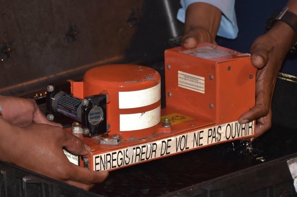 13.jan.2015 - O gravador de voz CVR (Cockpit Voice Recorder) do avião da AirAsia que caiu no mar de Java em 28 de dezembro, com 162 pessoas a bordo, chega a Indonésia. A máquina contém as conversas entre os pilotos do avião e o controle aéreo e devem ajudar a saber as causas do acidente