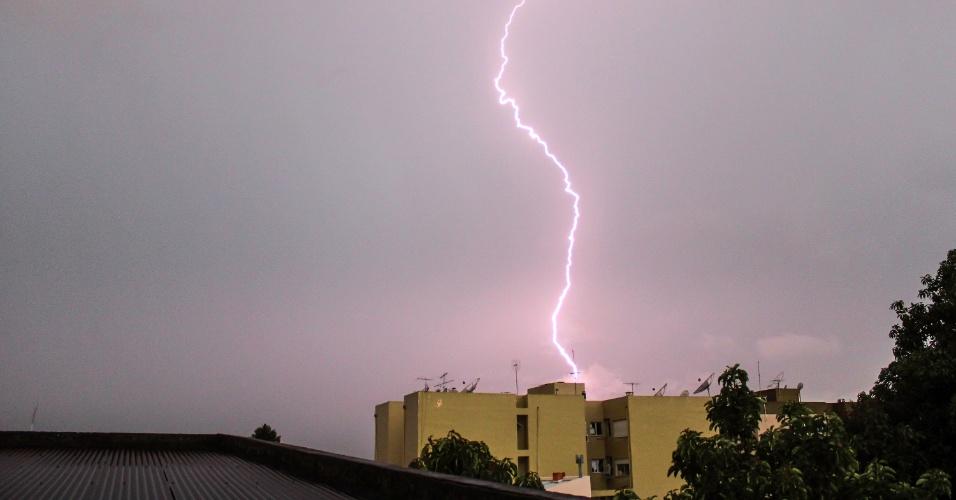 13.jan.2015 - Raio corta o céu em Santana do Livramento (RS) depois de uma tarde quente nesta terça-feira (13)