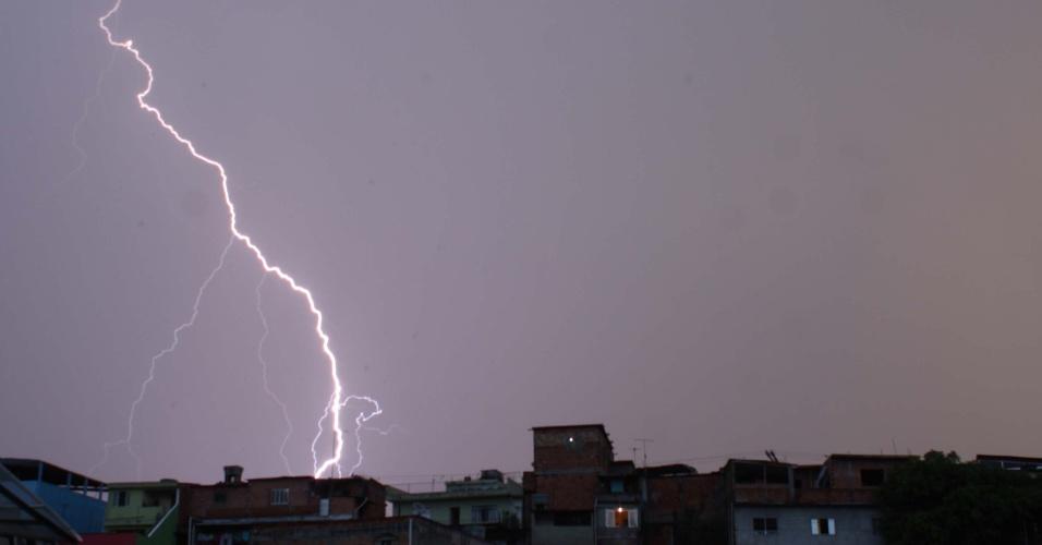 13.jan.2015 - Raios iluminam o céu na noite desta terça-feira (13), na região do Jardim São Luis, zona sul de São Paulo