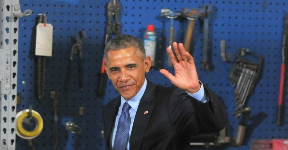 14.jan.2015 - O presidente dos Estados Unidos, Barack Obama, acena após dicursar nesta quarta-feira (14), em Cedar Falls, em Iowa (EUA). Obama falou de novas medidas para aumentar o acesso à habitação e à banda larga de alta velocidade em todo o país. O índice de aprovação do presidente dos Estados Unidos, Barack Obama, aumentou em sete pontos percentuais desde outubro de 2014, segundo uma pesquisa publicada nesta quarta-feira pela emissora