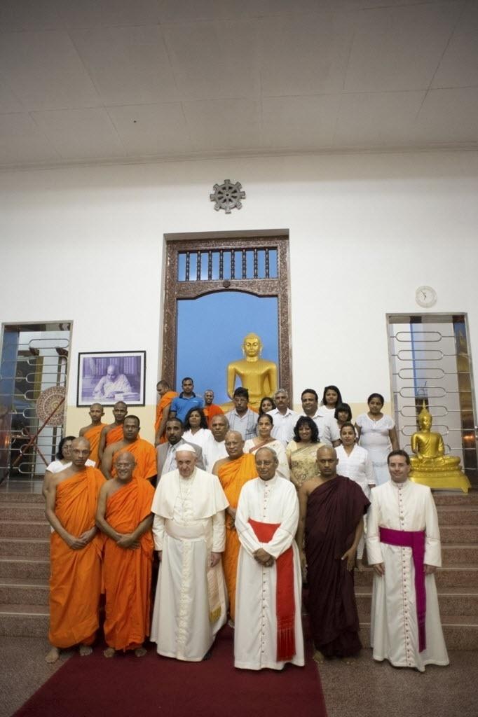 14.jan.2015 - Papa Francisco posa para foto ao lado de monges budistas no templo Baha Bohdy, em Colombo, no Sri Lanka, nesta quarta-feira (14). O porta-voz do papa, Federico Lombardi, disse a jornalistas que Francisco desejava