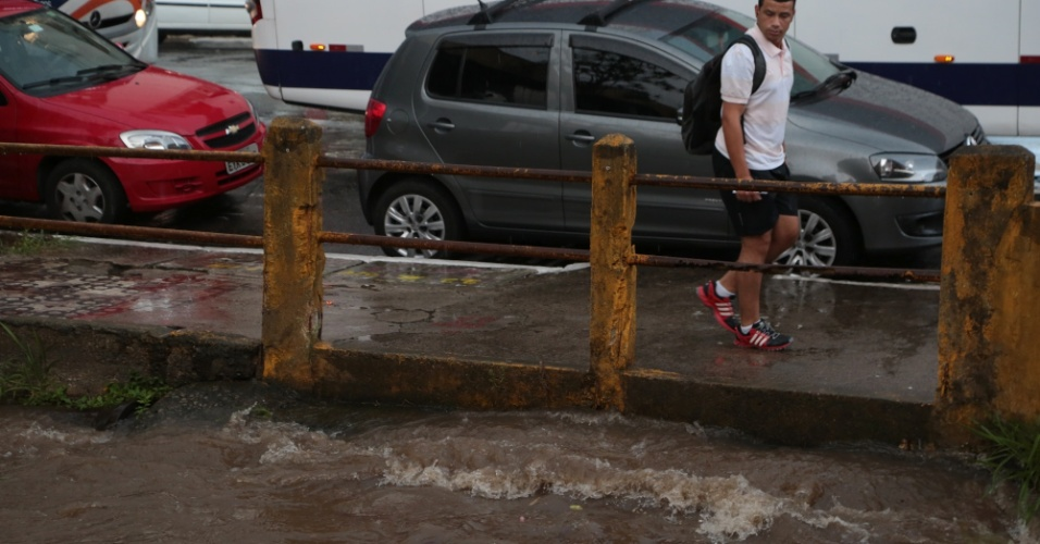 14.jan.2015 - Pedestre observa a elevação do nível da água do córrego Jurubatuba, em São Bernardo do Campo, no ABC paulista, nesta quarta-feira (14)