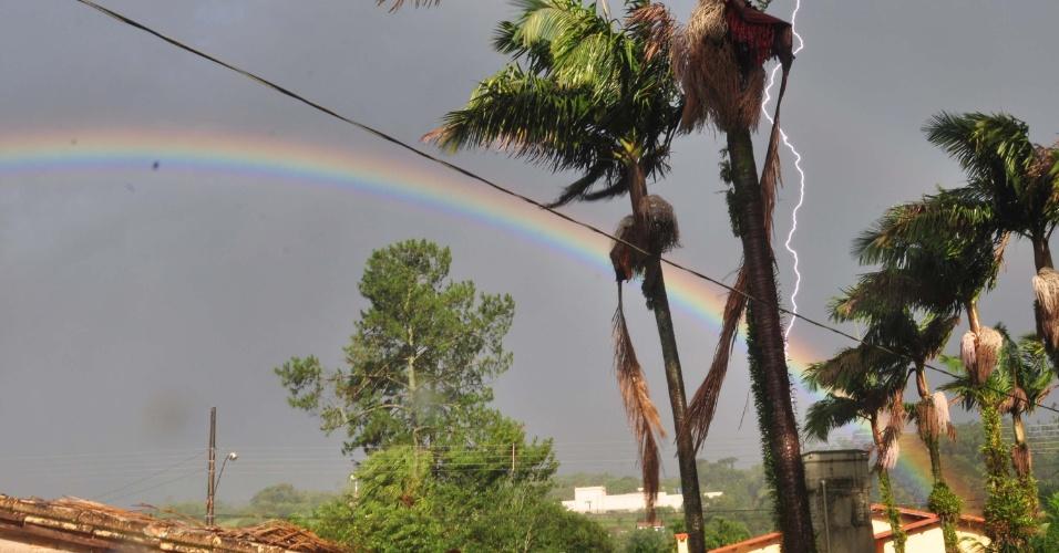 14.jan.2015 - Raio e arco-íris são registrados no céu em Nova Veneza (SC), nesta quarta-feira