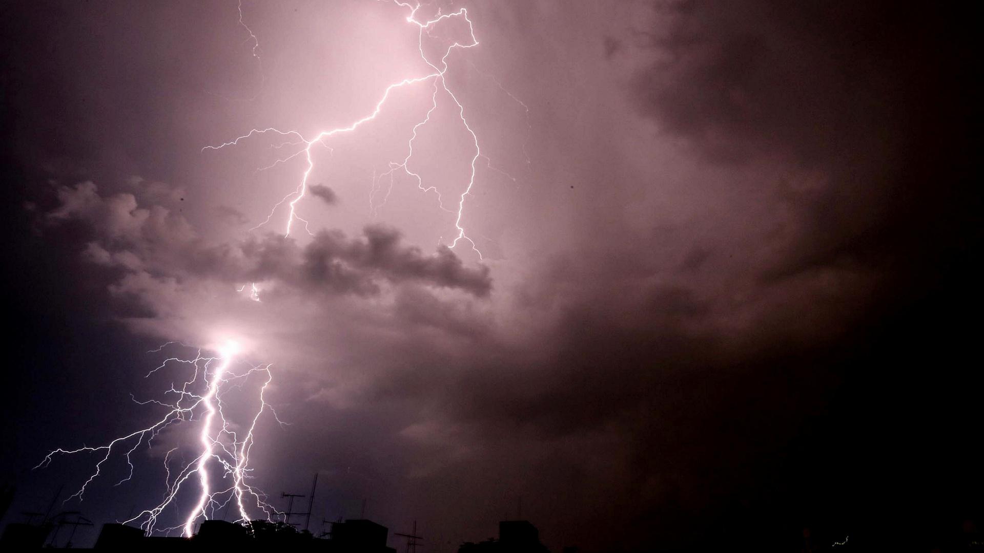 14.jan.2015 - Raio risca o céu sobre o bairro da Lapa, na zona oeste de São Paulo, nesta quarta-feira (14). Devido à chuva nesta noite, o CGE (Centro de Gerenciamento de Emergências) declarou estado de atenção na cidade, a segunda vez no mesmo dia