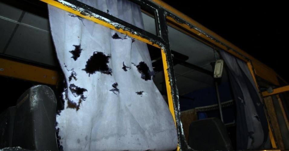 14.jan.2015 - Um ônibus fica danificado nesta terça-feira (13) após ser atingido por foguete de longo alcance em Volnovakha, Donetsk, na Ucrânia. Onze civis foram mortos quando o ônibus foi atingido em um ataque que visava acertar uma barreira do exército ucraniano. Esse foi o ataque mais mortífero desde a declaração de uma trégua no dia 9 de dezembro. Segundo a polícia ucraniana, 40 foguetes foram disparados por rebeldes pró-Rússia